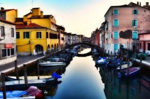 """""""chioggia venezia vista canale con case colorate"""""""