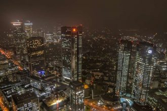 """francoforte skyline visuale da sopra grattacielo di notte"""