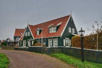 """""""marken olanda casa verde tetto rosso mattone"""""""