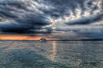 """""""lago garda nave naviga con nubi al cielo"""""""