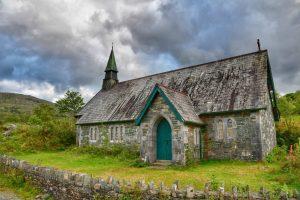 """irlanda chiesa vecchia abbandonata portone verde"""