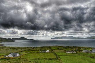 """""""irlanda paesaggio prati case mare cielo con nuvole"""""""