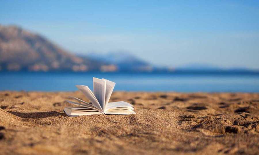"""""""un libro aperto sulla spiaggia"""""""