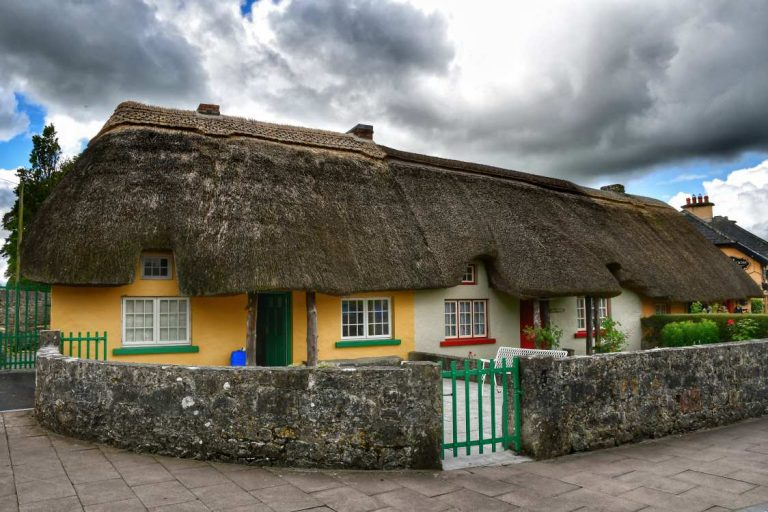 """""""irlanda adare village case colorate tetto paglia"""""""