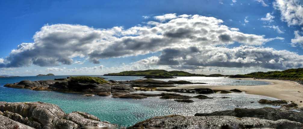 """""""spettacolo colori azzurro mare azzurro cielo bainco nuvole sabbia fine bianca rocce nere baia derrynane irlanda"""""""