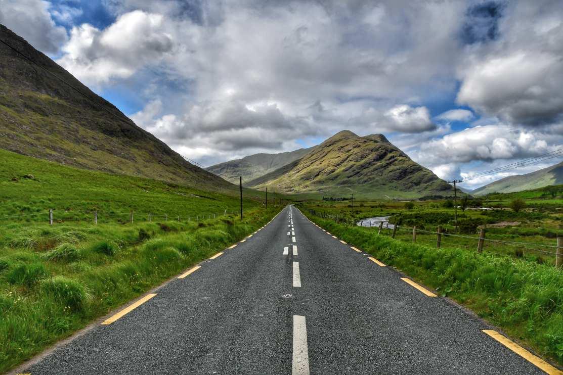 """""""strada in irlanda verso montagne verdi"""""""