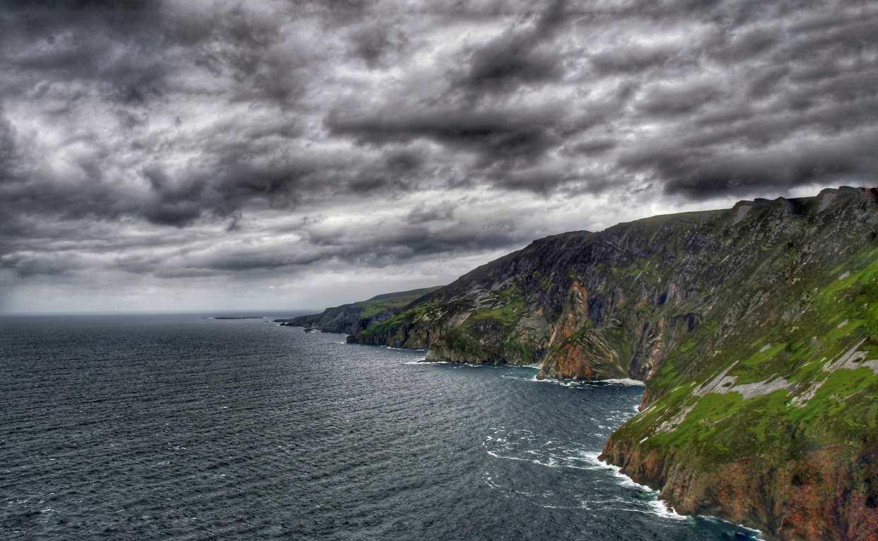 """""""irlanda promontorio sul mare con nuvole nere"""""""
