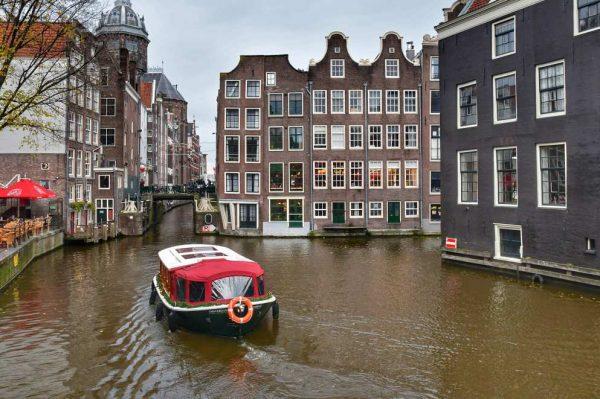 """""""cosa vedere amsterdam canale con barca rossa"""""""