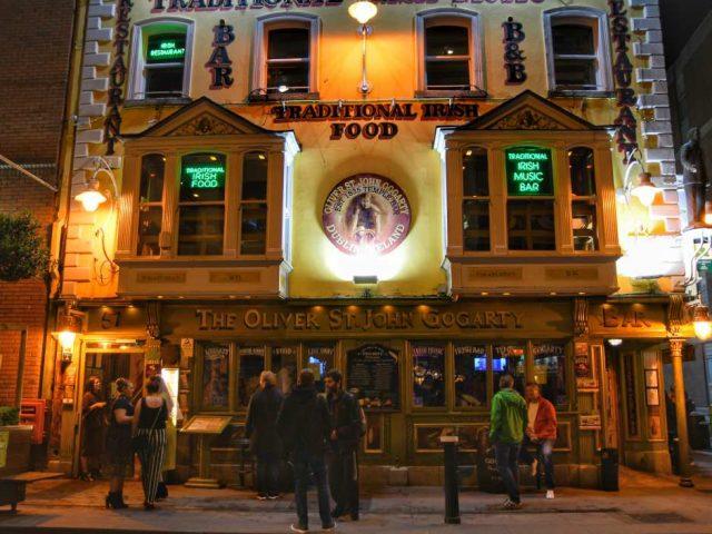"""""""dublino pub di notte colore giallo illuminato"""""""