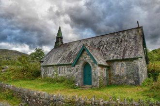 """irlanda chiesetta abbandonata porta verde"""