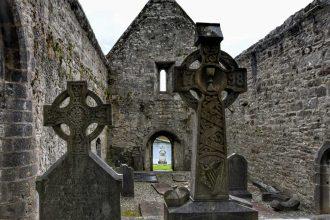 """""""abbazia abbandonata irlanda con croci celtiche"""""""
