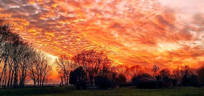 """""""tramonto rosso fuoco con casa campagna"""""""