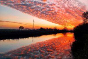 """""""tramonto con nuvole riflesse nell acqua"""""""