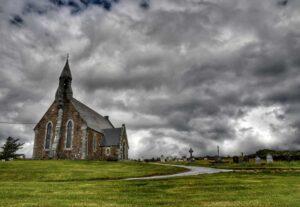 """""""chiesa di waterville con sullo sfondo nubi nere"""""""