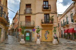 """""""una casa nella casbah mazara del vallo con murales nelle serrande chiuse"""""""