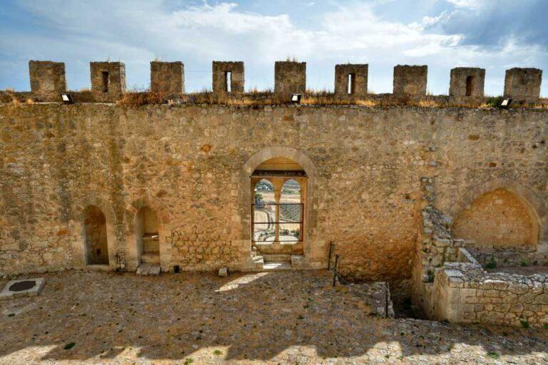 """""""cortile mura del castello con finestra"""""""