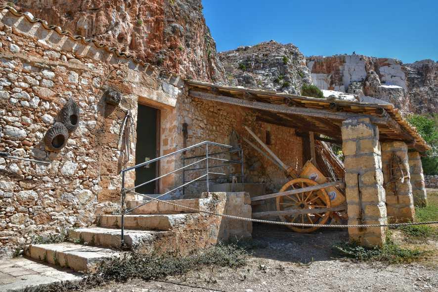 """""""ingresso caratterista casa pietre nel borgo mangiapane in sicilia nord occidentale"""""""