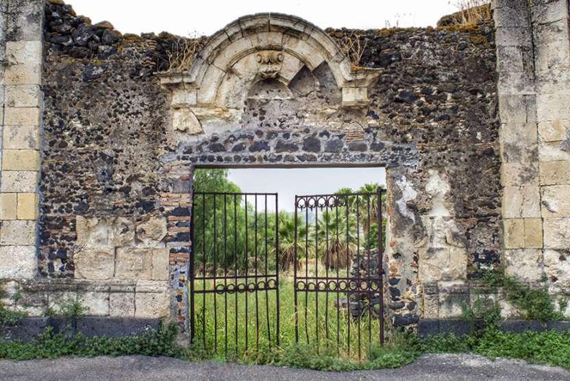 """"""" cancello principale antico ingresso borgo rurale abbandonato carcaci"""""""