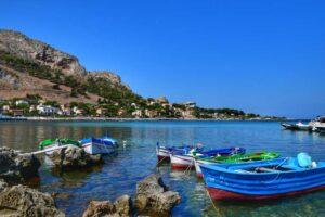 """""""barche sul mare blu nella baia di sferracavallo palermo"""""""