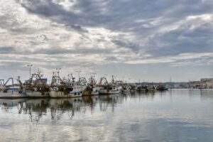 """""""pescherecci sul porto di sciacca mare calmo tempo nuvoloso"""""""""""
