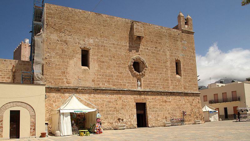 """""""bella chiesa santuario forma rettangolare due piani con tre finestre e un portone"""""""