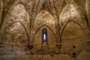 """""""torre federico interno della torre ottagonale di enna luci e una piccola finestra"""""""