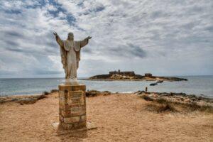 """""""isola delle correnti cristo redentore con braccia aperte sullo sfondo il mare e isola"""""""