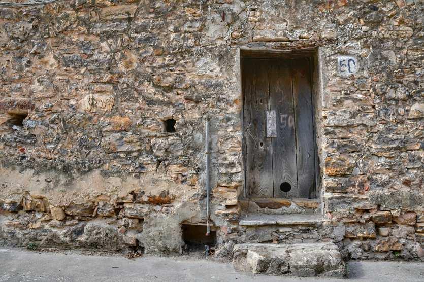 """""""porta in legno su muro di pietra"""""""
