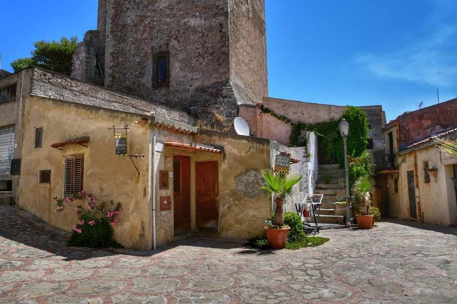 """""""uno scorcio d interno del borgo del castello di brolo la torre e alcune case"""""""