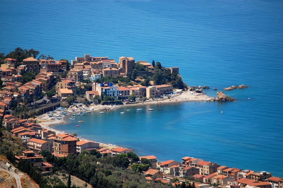 """""""visuale panoramica del borgo marinaro di castel di tusa proteso nel mare azzurro"""""""