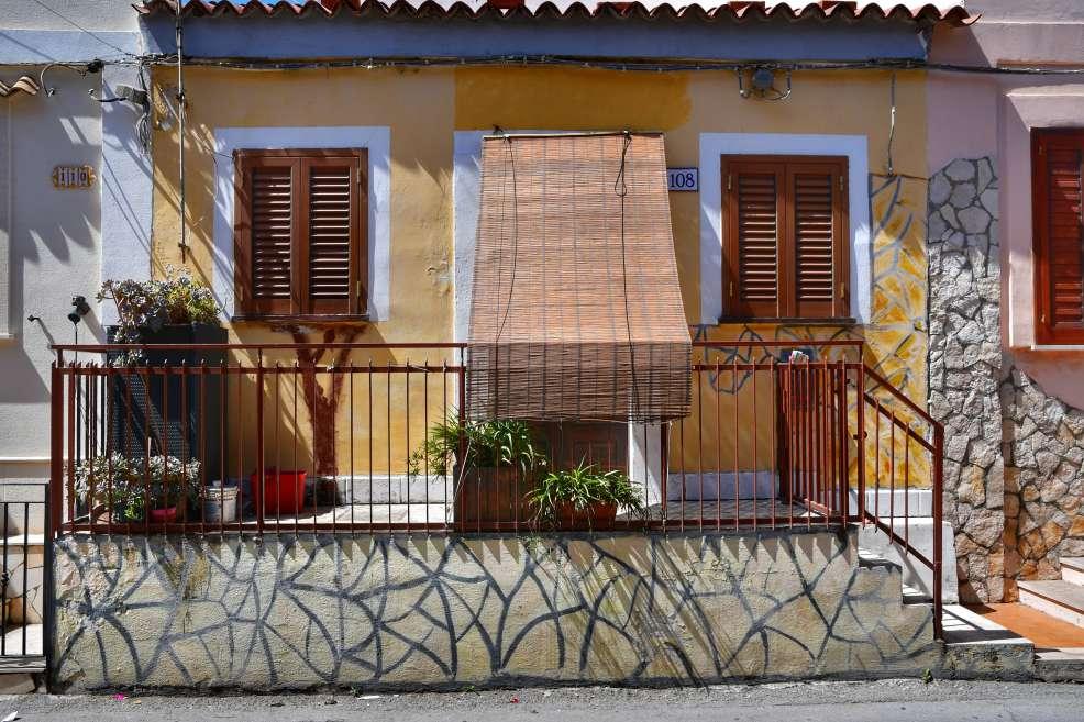 """""""casa colore giallo tapparelle legno marrone scuro con piccolo terrazzo piano terra"""""""