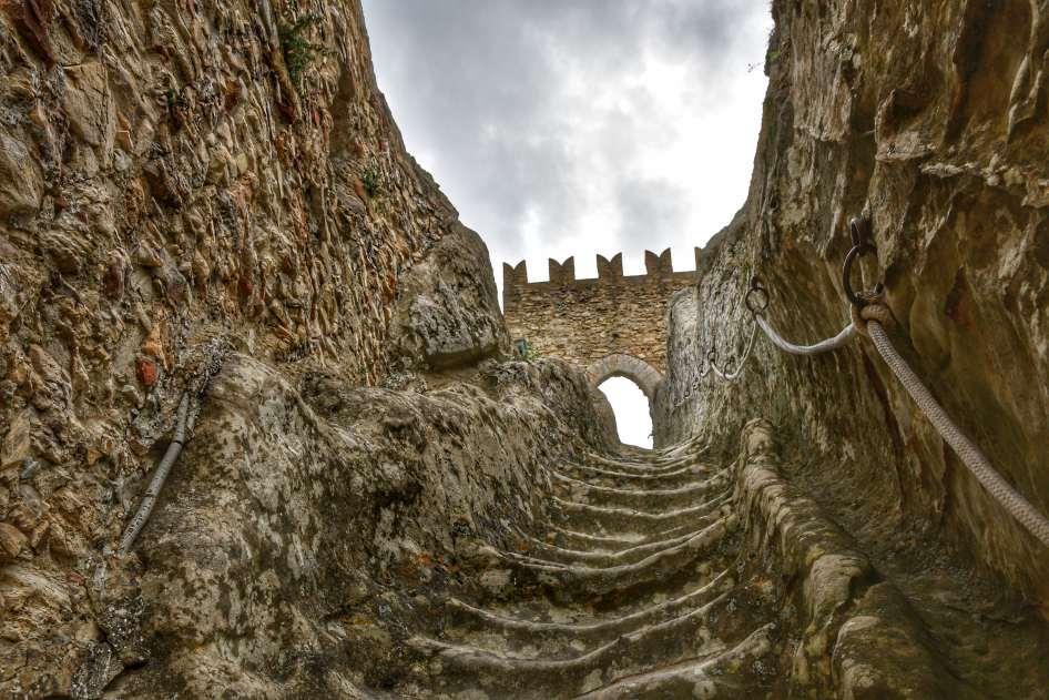 """""""bellissima scalinata scavata nella roccia che sale al castello"""""""