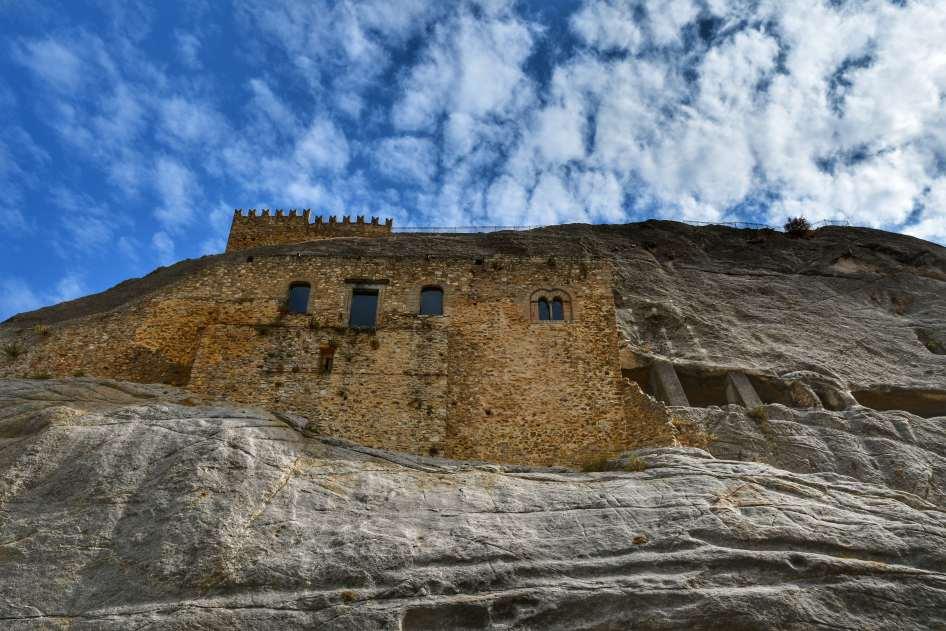"""""""castello sperlinga visto dal basso con sperone roccioso primo piano"""""""