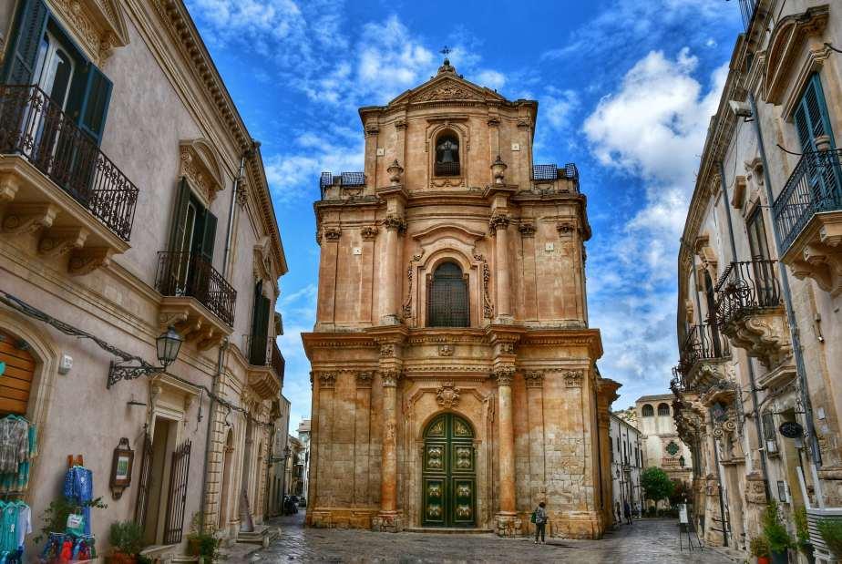 """""""chiesa san michele arcangelo con palazzi barocchi antichi vicino nella piccola piazza"""""""