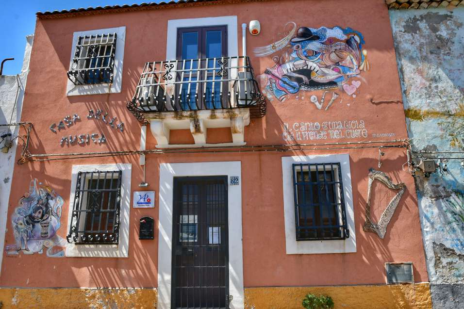 """""""caratteristica casa rosso mattone a brucoli con murales sui muri"""""""