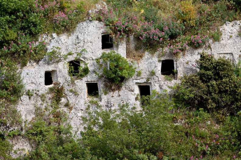 """""""pantalica necropoli case grotte nella parete rocciosa"""""""