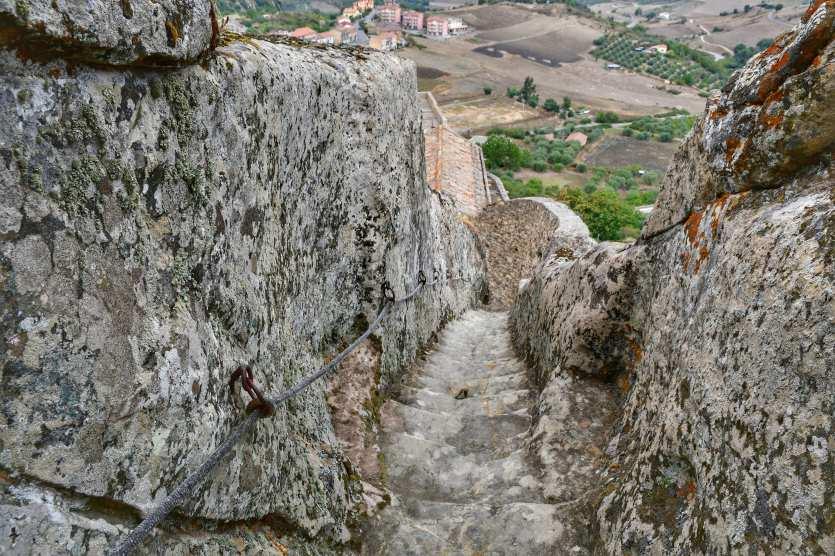 """""""una ripida scalinata che porta sulla cima del castello"""""""