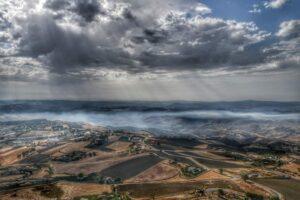 """""""posti da visitare in sicilia una splendida foto panoramica vista dal castello di mussomeli con nuvoloni grigi"""""""