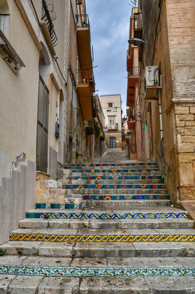 """""""sciacca scalinata impreziosita da belle ceramiche colorate nei gradini"""""""