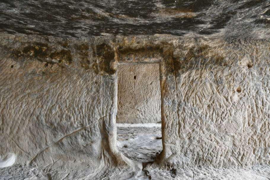 """""""una porta in pietra scavata nella roccia nei sotterranei del castello"""""""