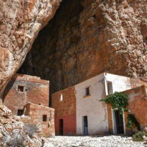 """grotta mangiapane custonaci vecchie case colorate dentro grotta"""