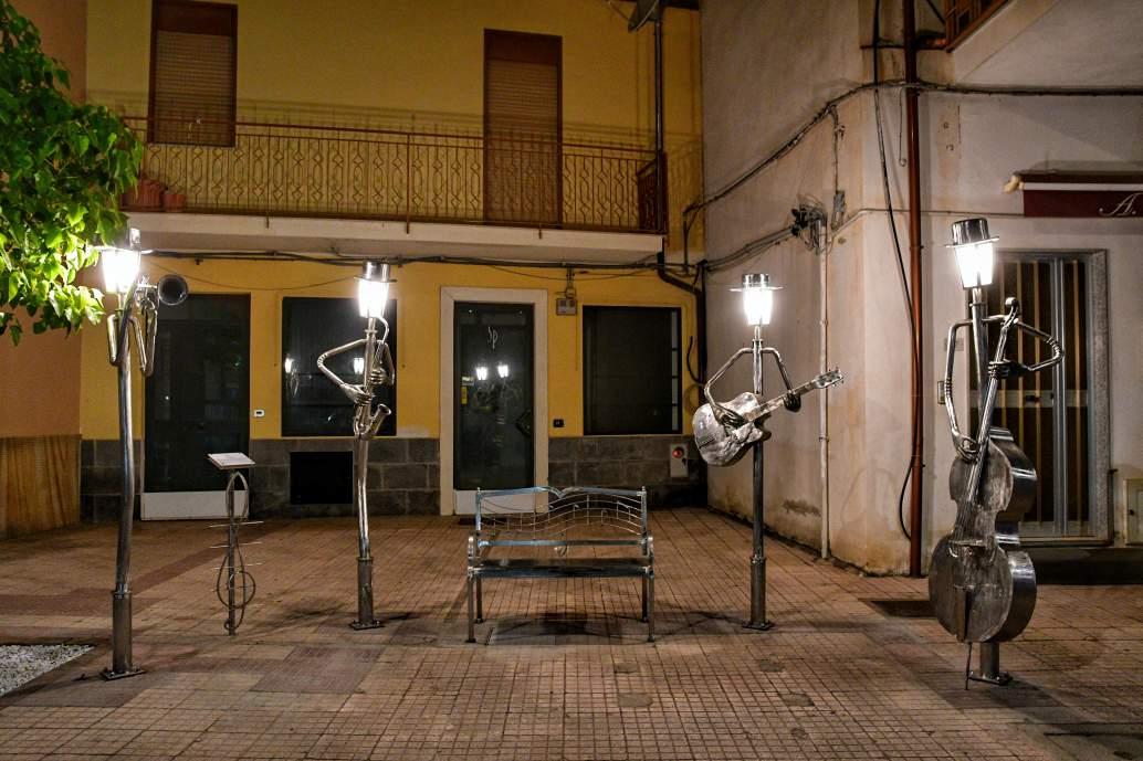 """""""oliveri panchina con quattro statue musicisti in alluminio che suonano"""""""