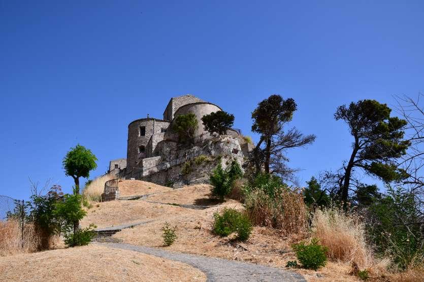 """""""vista panoramica con alberi di chiesa a petralia soprana sicilia"""""""