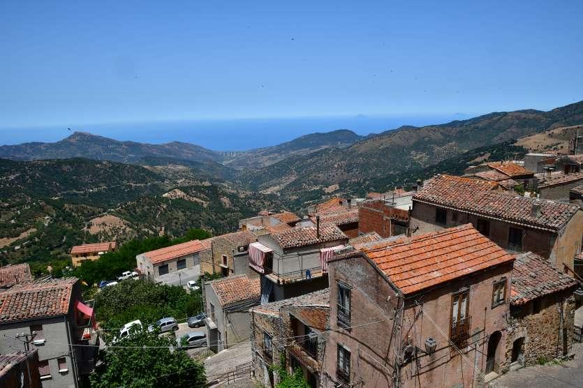 """""""vista di san mauro castelverde da sopra tetti delle case"""""""