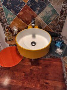"""""""lavandino colorato giallo e arancione bagno camera cielo"""""""