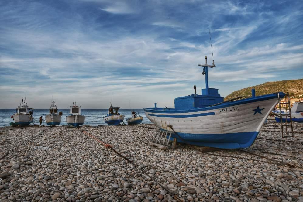 """""""sei barche di pescatori bianche azzurre sulla spiaggia a castel di tusa sicilia occidentale"""""""