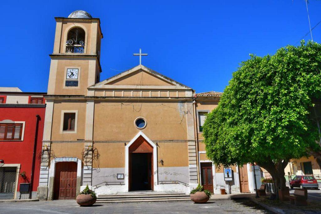 """""""la piccola chiesa di oliveri con ingresso aperto e piccolo campanile"""""""