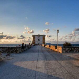 """""""torre lingy trapani lungo ponte con torre alla fine cielo azzurro e nuvole"""""""