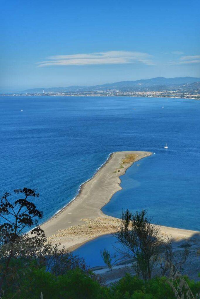 """""""lingua di sabbia che si trova sotto santuario madonna di tindari forma i laghetti di marinello"""""""