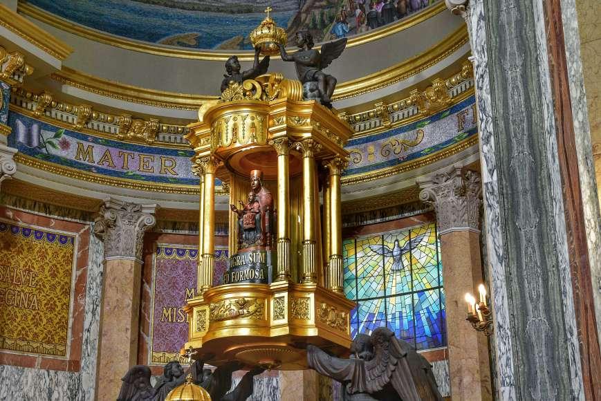 """""""statua della madonna nera del tindari dentro il santuario"""""""